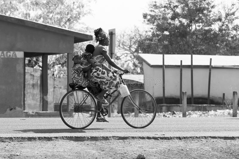 Afrikaanse familie in fiets royalty-vrije stock afbeelding