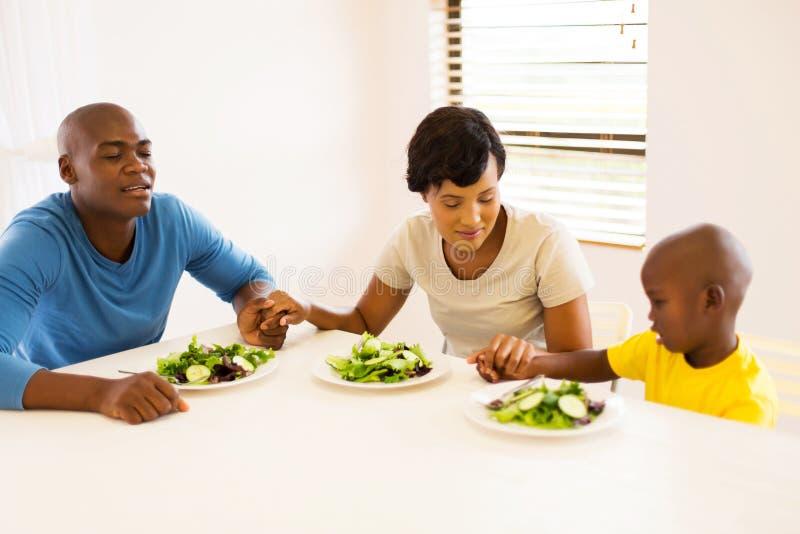 Afrikaanse familie het bidden maaltijd royalty-vrije stock afbeeldingen