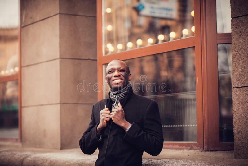 Afrikaanse glimlachende zakenman stock fotografie