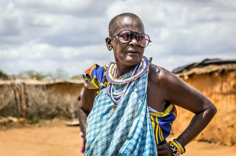 Afrikaanse hogere vrouw die traditionele kleren in Masai-stam dragen royalty-vrije stock foto's