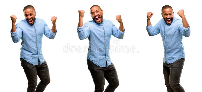 Afrikaanse jonge die mens over witte achtergrond wordt geïsoleerd stock foto