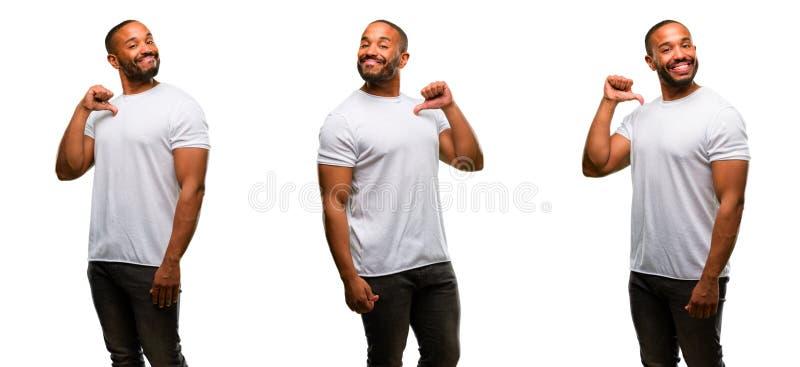 Afrikaanse jonge die mens over witte achtergrond wordt geïsoleerd royalty-vrije stock afbeeldingen