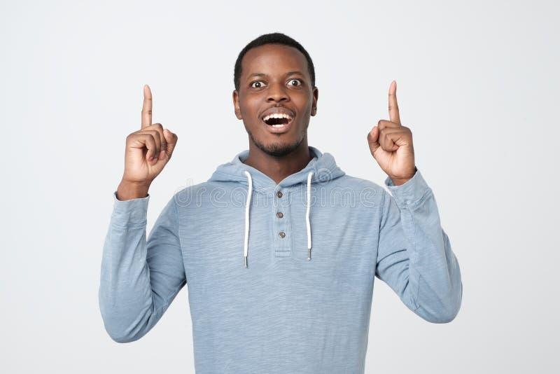 Afrikaanse jonge mens die wijsvingers tonen die, advies geven stock afbeelding