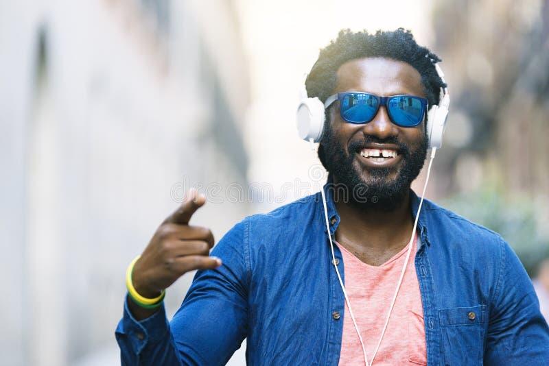 Afrikaanse Jonge Mens het Luisteren Muziek stock fotografie