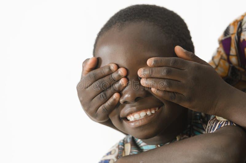 Afrikaanse kinderen die in de studio spelen, die op wit wordt geïsoleerd stock fotografie