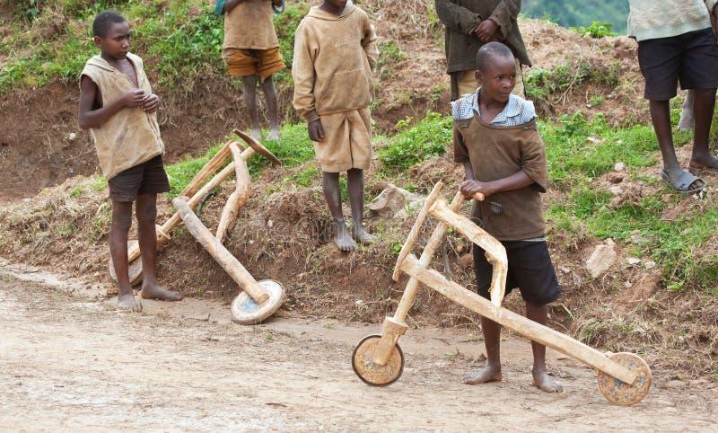Afrikaanse kinderen & houten autopedden, Oeganda royalty-vrije stock foto's