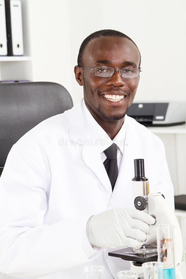 Afrikaanse laboratoriumtechnicus stock afbeeldingen