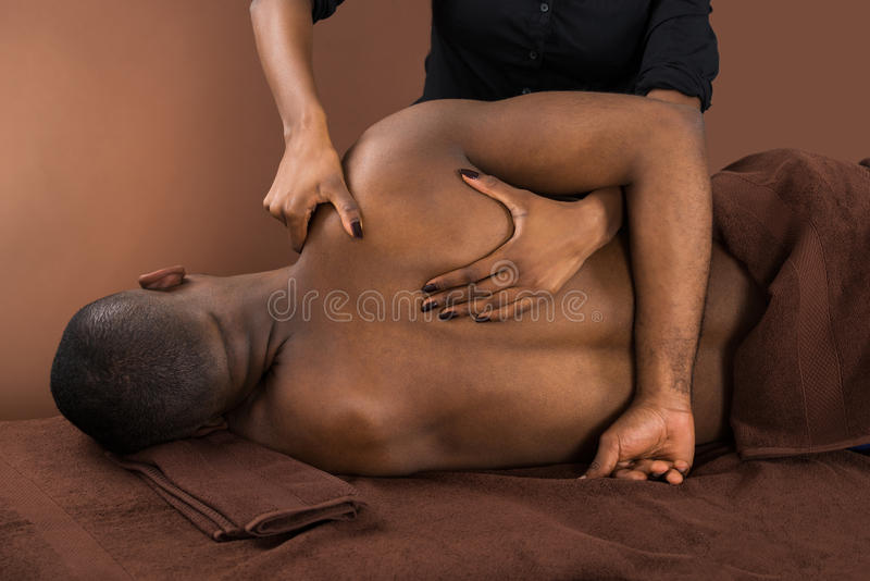 Afrikaanse Man Getting Spa Behandeling stock afbeeldingen