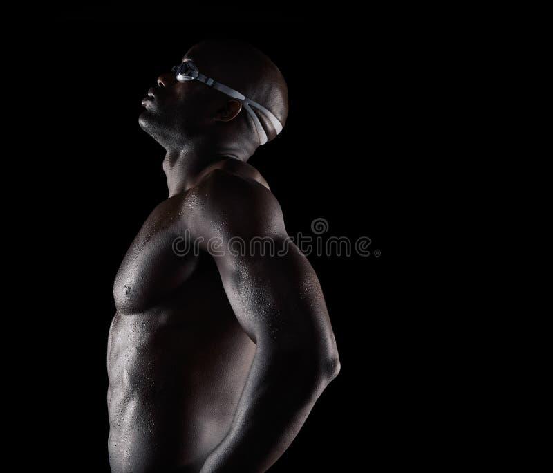 Afrikaanse mannelijke zwemmer die een onderbreking nemen royalty-vrije stock afbeeldingen