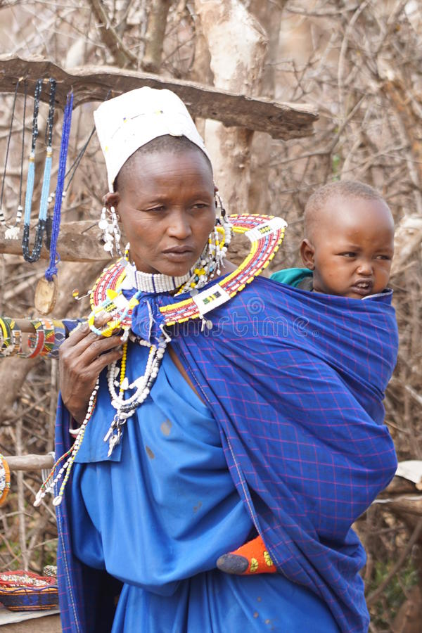 Afrikaanse masaivrouw met een baby stock afbeelding