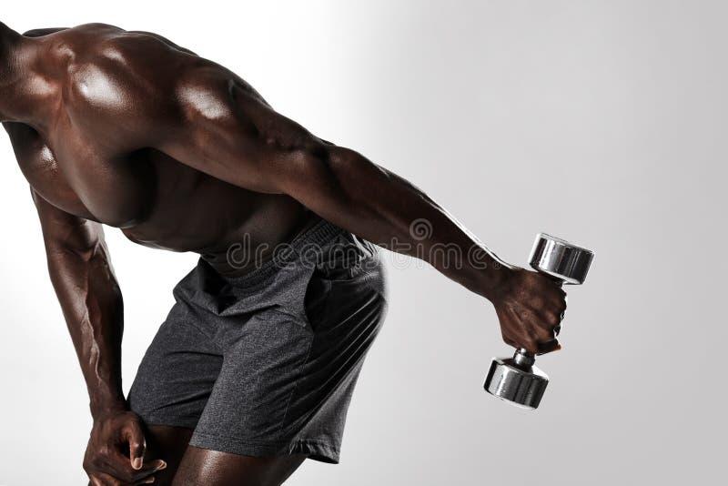 Afrikaanse mens die domooroefening voor wapens doen stock fotografie