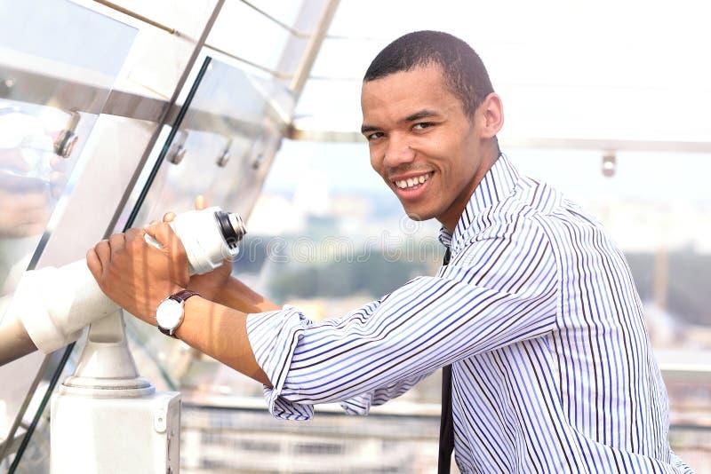 Afrikaanse mens die door verrekijkers kijken royalty-vrije stock fotografie