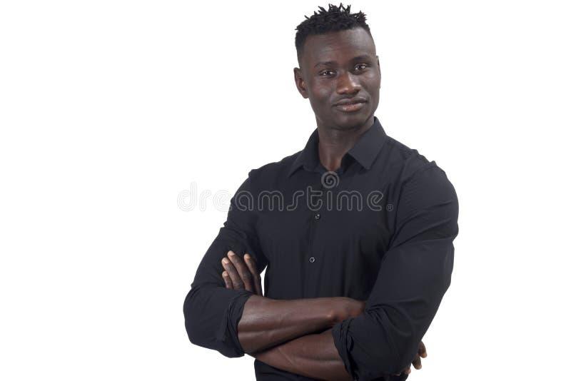 Afrikaanse mens ernstig met gekruiste wapens het bekijken camera stock afbeeldingen