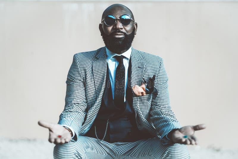 Afrikaanse mens met rode en blauwe pillen royalty-vrije stock foto's