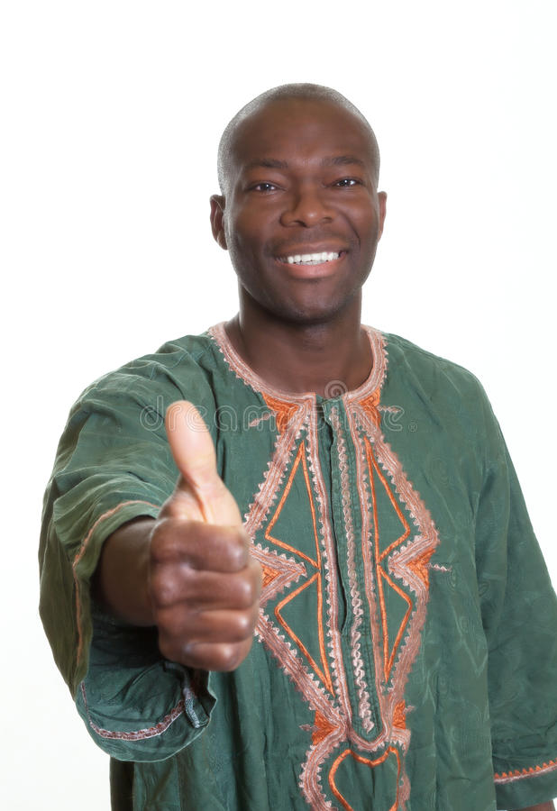 Afrikaanse mens met traditionele kleren die duim tonen stock foto