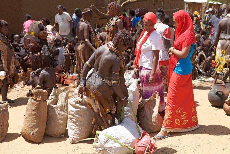 Afrikaanse mensen bij de markt royalty-vrije stock foto