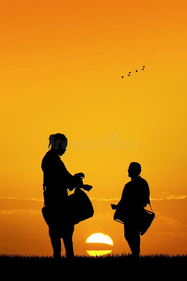 Afrikaanse mensen die de trommel spelen bij zonsondergang vector illustratie