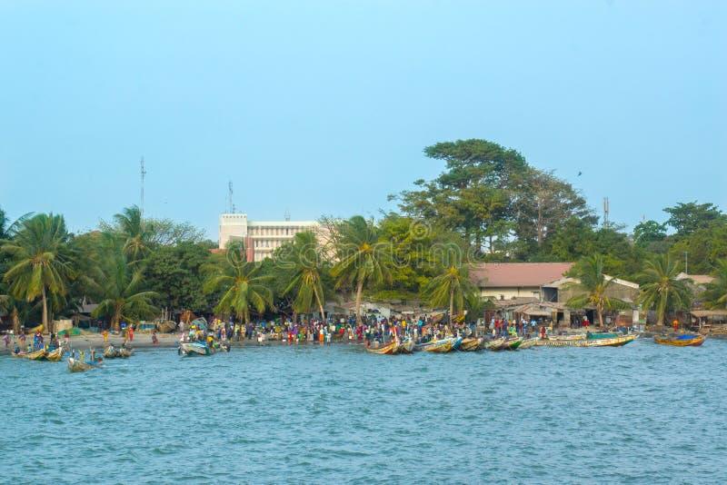 Afrikaanse mensen op de oever van Banjul, Gambia royalty-vrije stock fotografie