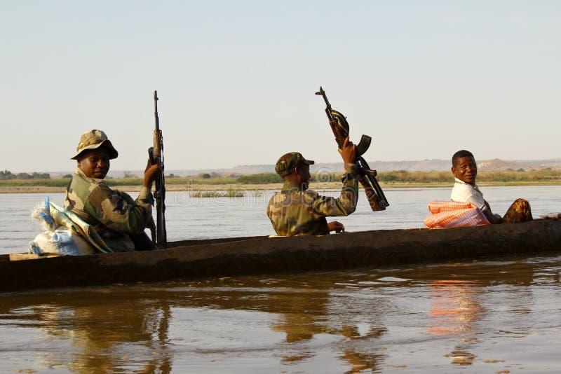 Afrikaanse militair tijdens verrichting stock afbeeldingen