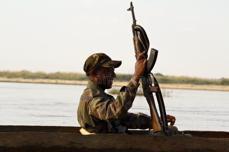 Afrikaanse militair tijdens verrichting stock foto