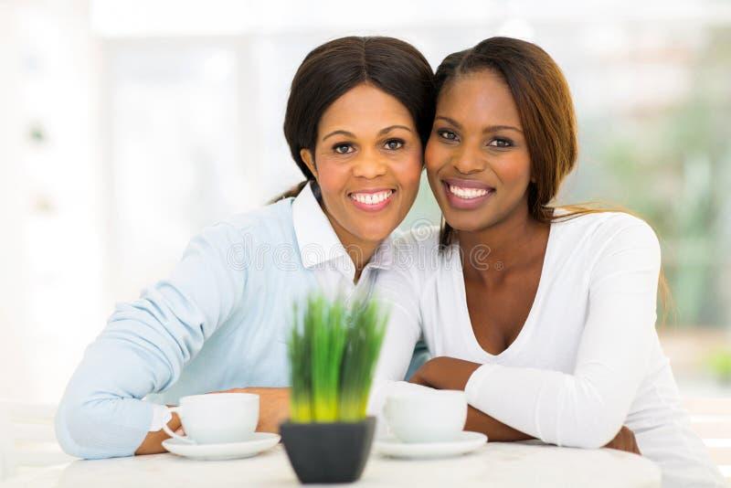 Afrikaanse moederdochter stock afbeelding
