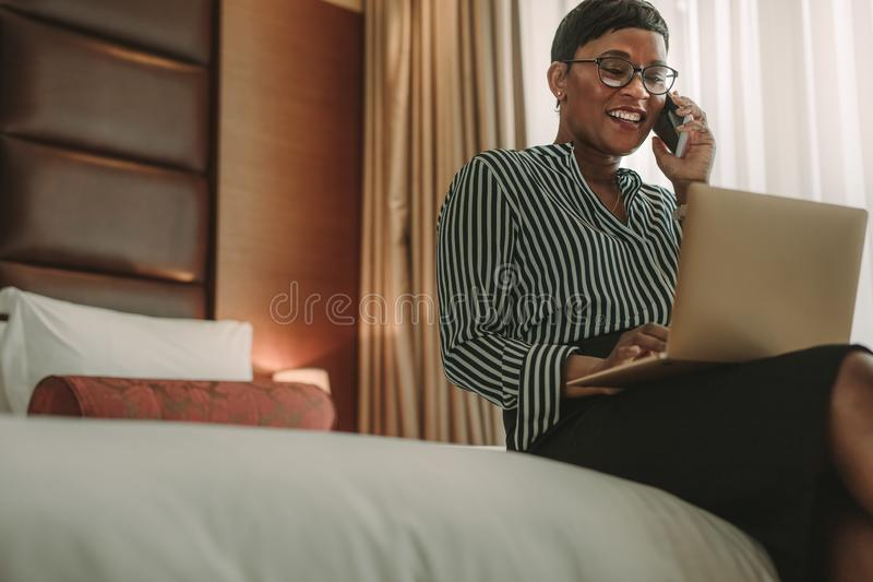 Afrikaanse onderneemster die op reis van hotelruimte werken royalty-vrije stock fotografie
