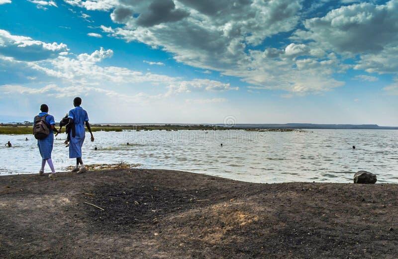 Afrikaanse schoolmeisjes op de kusten van Meer Victoria, Kenia stock afbeeldingen
