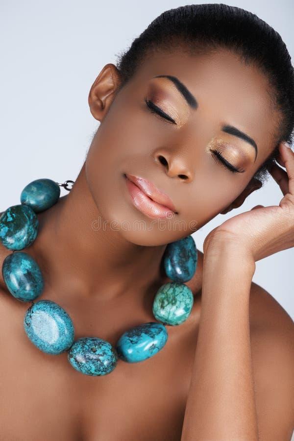 Afrikaanse schoonheid in halsband stock afbeeldingen
