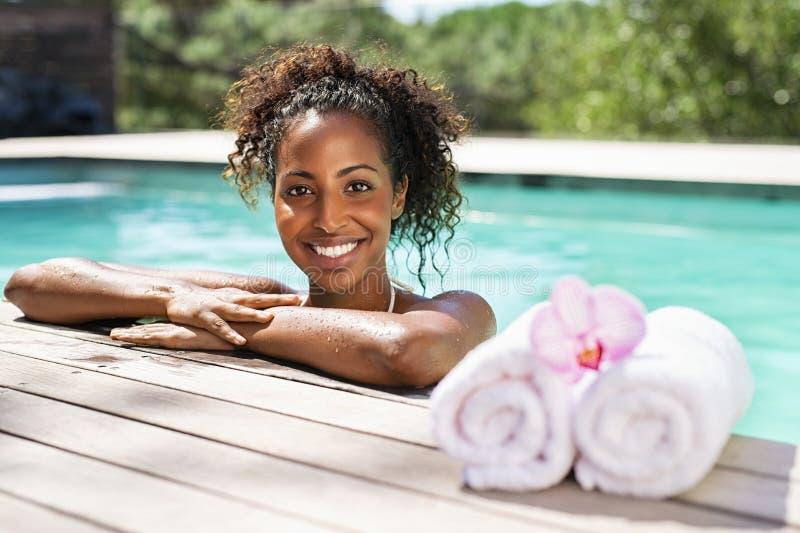 Afrikaanse schoonheidsvrouw in kuuroord zwembad stock fotografie