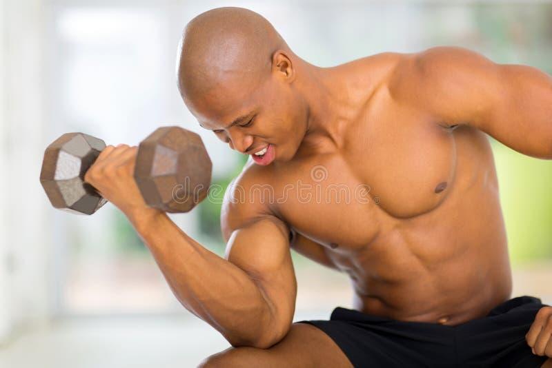 Afrikaanse spierbodybuilder stock foto