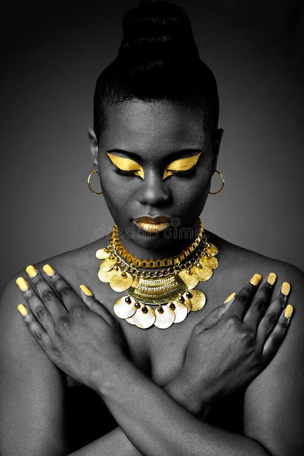 Afrikaanse stammen in goud stock foto