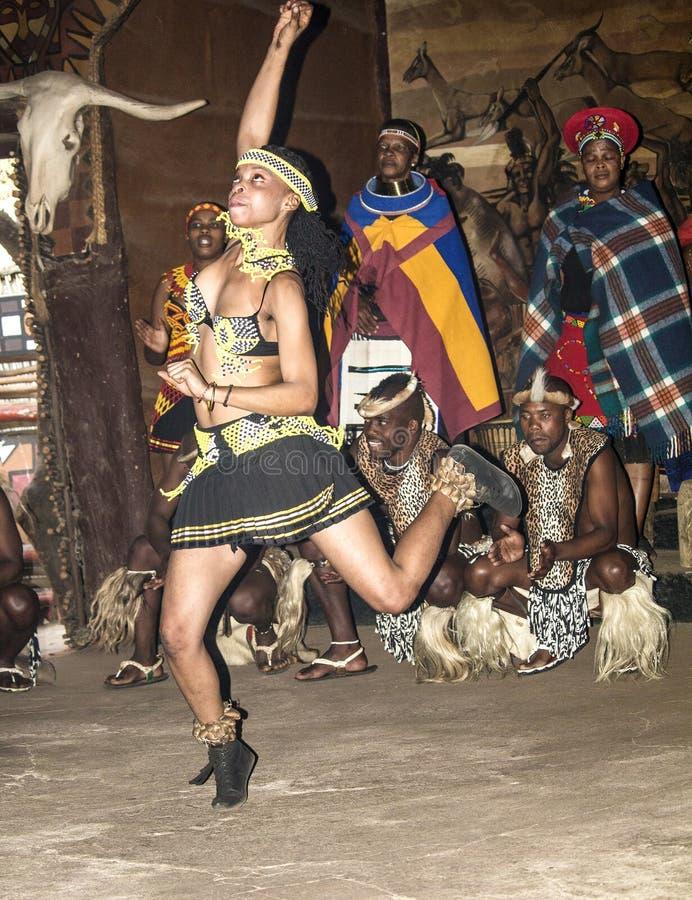 Afrikaanse stammendans in traditionele met de hand gemaakte kostuums royalty-vrije stock foto