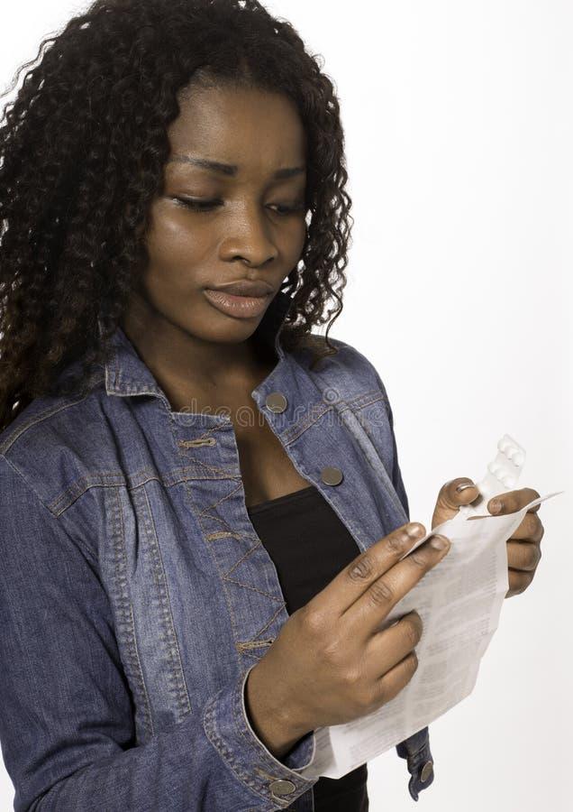 Download Afrikaanse Tiener Die Indlay Document Voor Geneeskunde Lezen Stock Illustratie - Illustratie bestaande uit medisch, wijfje: 29511873
