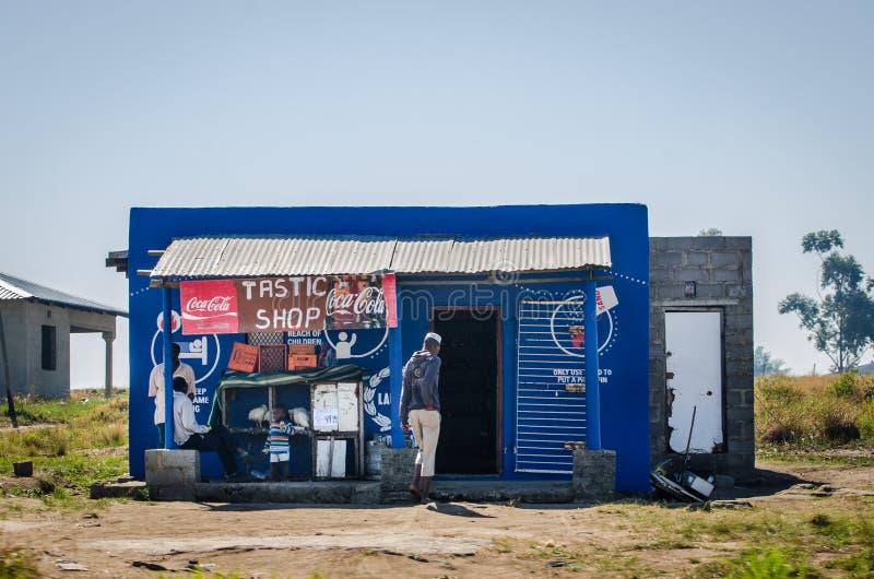 Afrikaanse typische winkelmarkt langs de straat Afrikaanse levensstijl, Zuiden Afica stock foto