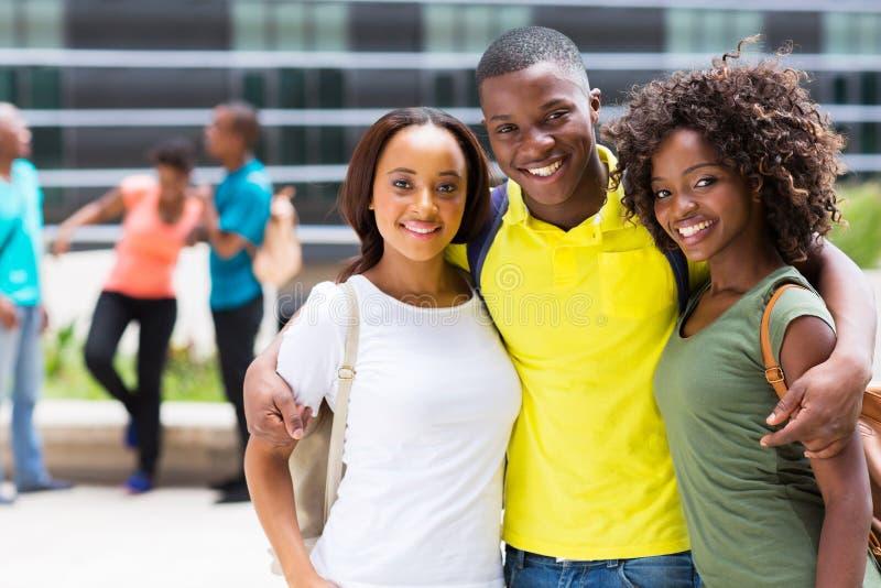 Download Afrikaanse Universiteitsvrienden Stock Foto - Afbeelding bestaande uit campus, rugzak: 39113214