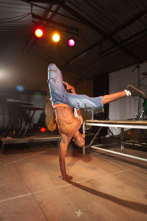 Afrikaanse vrije slag heup-hop danser stock afbeelding