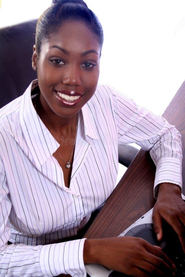 Afrikaanse Vrouw Amrican met Computer royalty-vrije stock afbeeldingen