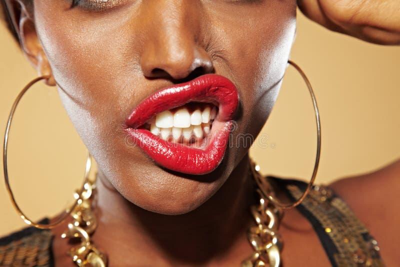 Afrikaanse vrouw bares haar tanden stock afbeelding