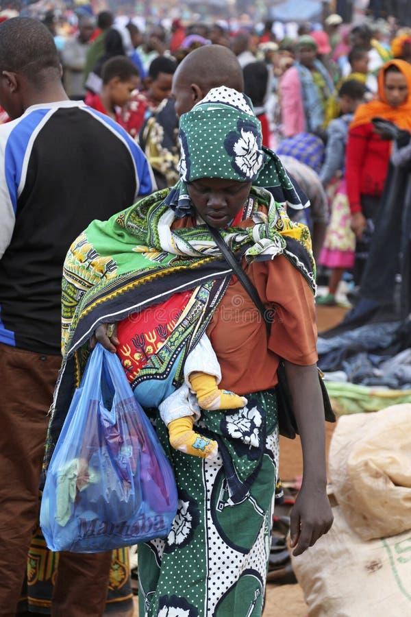 Afrikaanse Vrouw die een Baby houden bij de Markt van Karatu Iraqw royalty-vrije stock foto's