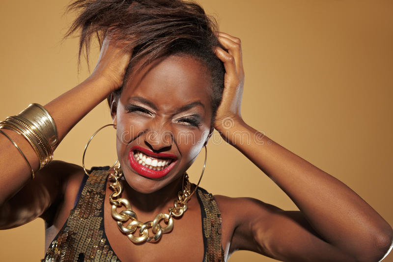 Afrikaanse vrouw die haar haar trekt stock afbeelding