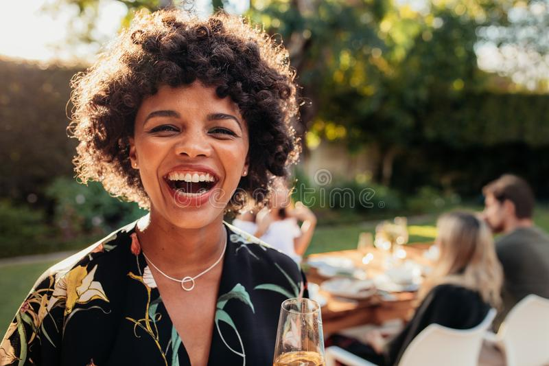 Afrikaanse vrouw die van bij in openlucht partij genieten royalty-vrije stock fotografie