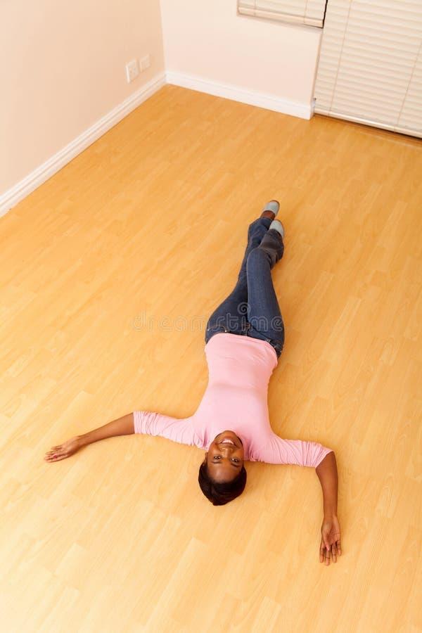 Afrikaanse vrouw het liggen vloer royalty-vrije stock afbeelding
