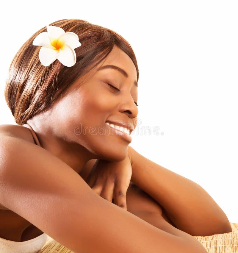 Afrikaanse vrouw in kuuroordsalon stock foto