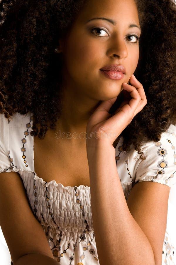 Afrikaanse vrouw met een hand op haar kin royalty-vrije stock foto