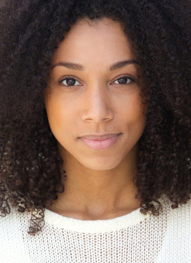 Afrikaanse vrouw met ernstige uitdrukking royalty-vrije stock afbeelding