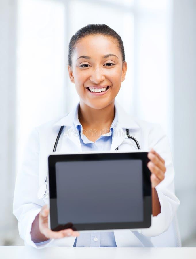 Afrikaanse vrouwelijke arts met tabletpc stock fotografie