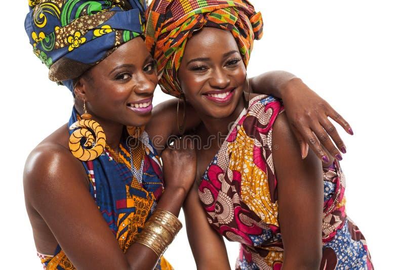 Afrikaanse vrouwelijke modellen die in kleding stellen