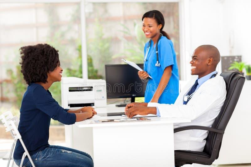 Afrikaanse geduldige arts stock foto's