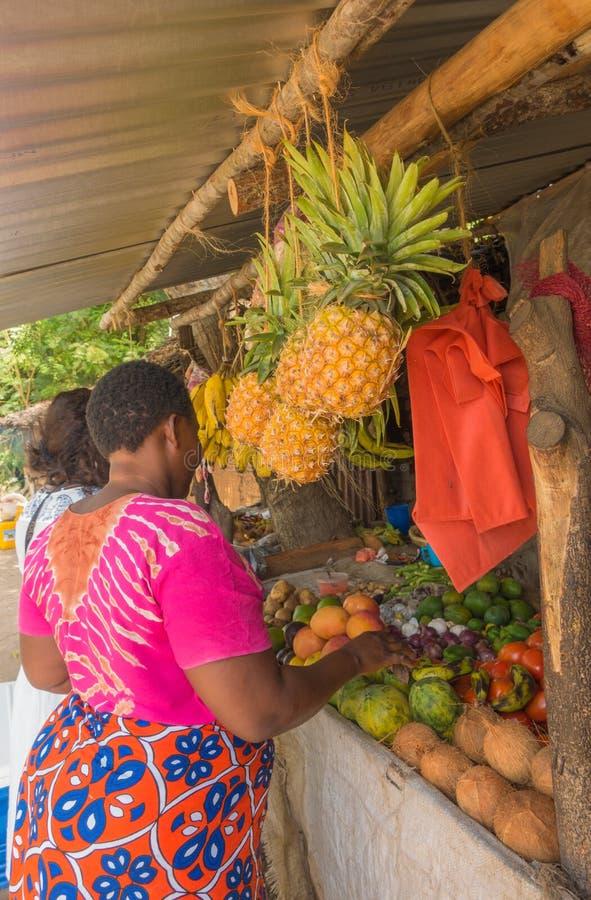 Afrikaanse vrouwen bij Keniaans fruit en plantaardige tribune stock foto