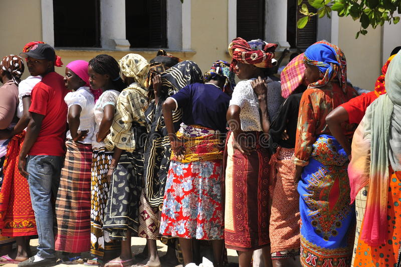 Afrikaanse vrouwen die in lijn wachten te stemmen stock afbeelding